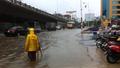 Người dân Hà Nội bì bõm trong nước do cơn mưa kéo dài