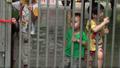 Tiếp tục đưa người già, trẻ em ra khỏi chùa Bồ Đề