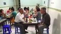 Clip: Chủ quán bún chả bất ngờ khi Tổng thống Mỹ đến ăn