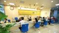 Khách hàng rút tiền khi PVcomBank đang chạy thử máy ATM