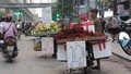 """Rộ """"độc chiêu"""" bán hàng nửa cân của dân buôn hoa quả vỉa hè"""