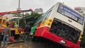 Xe buýt hất tung dải phân cách, lao xuống kênh ở Hà Nội