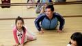 'Tan chảy' với hình ảnh bố múa ballet cùng con gái