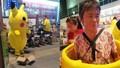 Cụ già mặc đồ Pikachu kiếm tiền chữa bệnh cho người thân