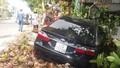 Xe Camry gây tai nạn liên hoàn, đâm sập một nhà ven đường