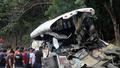 Xe buýt nát đuôi sau cú đâm xe tải, 21 người mất mạng