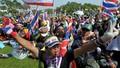 Cảnh sát Thái Lan dỡ bỏ rào chắn, biểu tình dịu bớt
