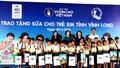 Quỹ sữa Vươn cao Việt Nam và Vinamilk tiếp tục trao tặng gần 130.000 ly sữa cho trẻ em tại Vĩnh Long
