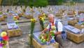 Có một người đàn ông mang rất nhiều hoa ra bờ sông Thạch Hãn…