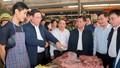 Phó Thủ tướng Vương Đình Huệ đi chợ tết