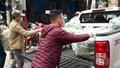 Phát thực phẩm miễn phí cho dân phố Trúc Bạch