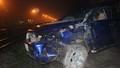 Băng qua đường sắt, ôtô con bị tàu hỏa tông khiến 2 người bị thương