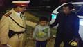 CSGT tìm người thân cho cháu bé 12 tuổi lạc đường lúc rạng sáng
