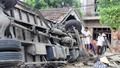 Xe tải đâm sập nhà dân, 4 người thoát chết hy hữu