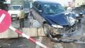 Xe tải hất xe con vào cột đèn giao thông, trèo dải phân cách