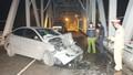 Xe con đấu đầu xe tải trên cầu, hai tài xế thoát chết