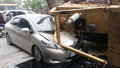 Máy xúc bất ngờ rơi đè bẹp xe con trên đường