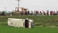Xe khách lao xuống ruộng, 16 người thoát chết