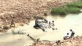 Xe ô tô lao xuống khe nước, một người thoát chết