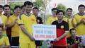 Bí thư Nghệ An vào sân bóng khiến cầu thủ trẻ chật vật giữ gôn