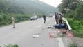 Đấu đầu xe máy, xe tải lao xuống ruộng, ba người gặp nạn