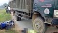 Xe tải cán ngang người đi xe máy phóng nhanh ngược chiều