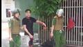 Người đàn ông đập kính ô tô, cầm dao tự cứa cổ náo loạn khu phố