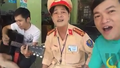 Bất ngờ: Người vi phạm bị phạt vui vẻ đàn hát với CSGT