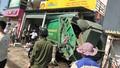 Xe chở rác mất lái tông sập nhà dân, 3 người bị thương