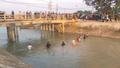 Hàng chục người lội sông lạnh buốt tìm kiếm bé trai 9 tuổi