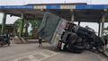 Xe tải nát đầu khi đâm vào trạm thu phí bỏ hoang
