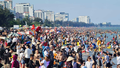 Bất chấp dịch Covid-19, hàng trăm người 'kéo nhau' đi tắm biển Cửa Lò
