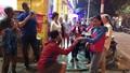 Chàng Tây quỳ gối cầu hôn bạn gái Việt giữa phố cổ Hà Nội