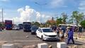 Người dân đổ hải sản ra đường, quốc lộ 1A ùn tắc