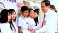 Thăm trường cũ, Chủ tịch UBTƯMTTQ VN tặng quà học sinh vượt khó
