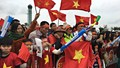 Cờ đỏ sao vàng rợp bay dọc đường lên Nội Bài chờ đón U23 Việt Nam