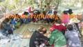 Nhóm phụ nữ luồn lách đánh 'bài binh' với đàn ông trong lùm cây miền Tây