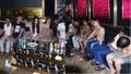 6 cô gái vui vẻ với nhóm đàn ông cởi trần trong phòng karaoke chứa ma túy