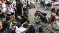 Nam sinh Hà Nội tông vào ô tô dừng bên đường, bất tỉnh