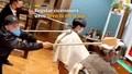 Bật cười với dịch vụ gội đầu, cắt tóc 'lạ đời' giữa dịch Covid-19