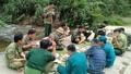 Bữa cơm trên lá chuối nơi biên giới của bộ đội biên phòng chặn dịch Covid - 19