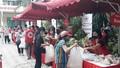 Phiên chợ rực màu đỏ  'chỉ trao hàng không nhận tiền' giữa Hà Nội