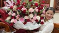 Huỳnh Anh 'chơi trội' tặng mẹ Quang Hải bó hoa to hơn người