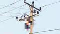 Người đàn ông treo trên cột điện sau tiếng nổ lớn
