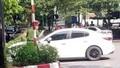 Khởi tố tài xế hất cảnh sát lên nắp capo chạy 1km