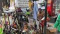 Xót xa hoàn cảnh bé trai trần truồng ngồi trong thùng xốp trên phố Hà Nội