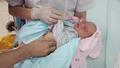 Tình trạng sức khỏe của bé trai sơ sinh bị bỏ rơi dưới hố ga