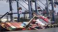 Tàu chở hàng bị nghiêng, 18 container rơi xuống sông
