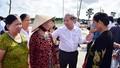 Chủ tịch tỉnh Thừa Thiên Huế cùng người dân Thượng thành đi tham quan nơi ở mới