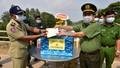 Công an Long An trao tặng dụng cụ y tế cho Ty Prey Veng, Campuchia